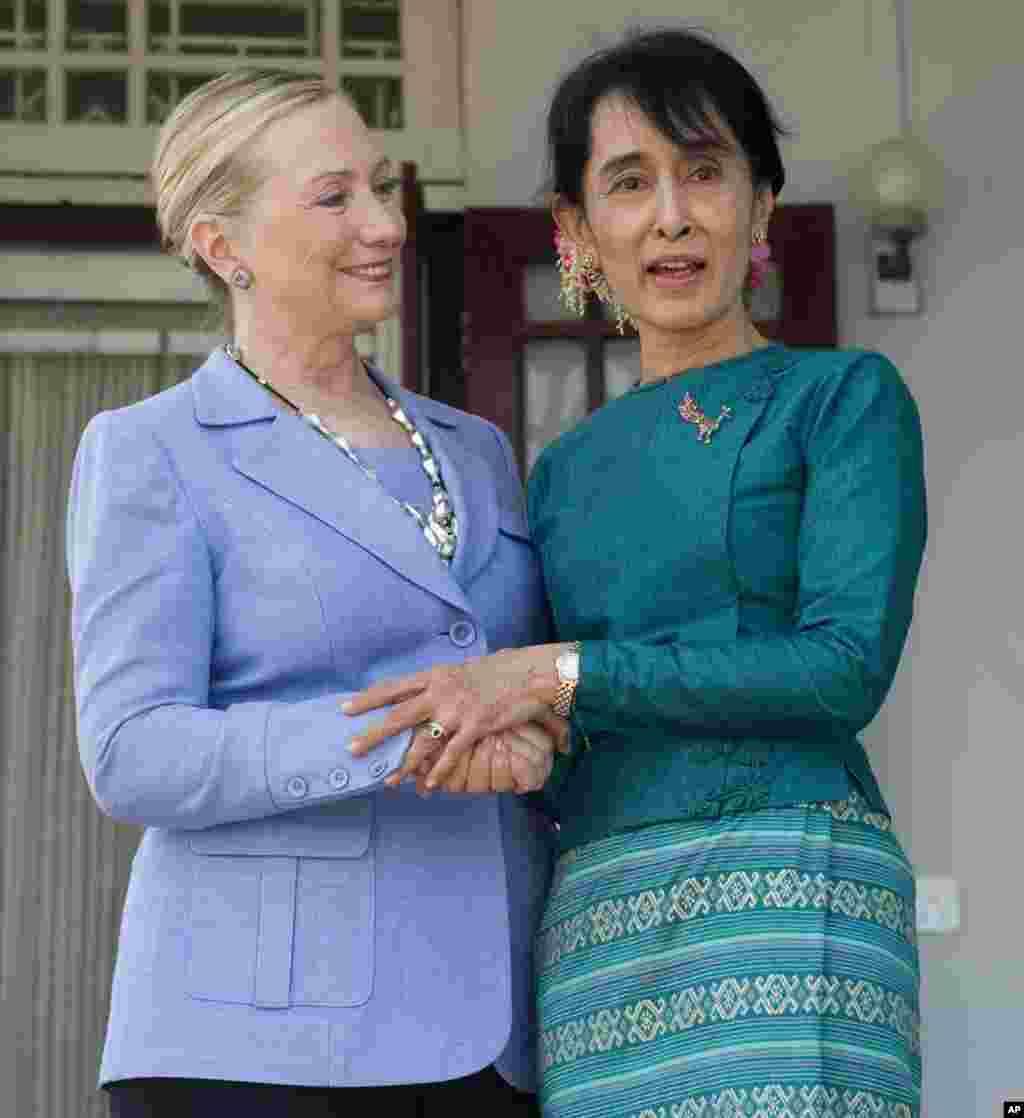 មេដឹកនាំបក្សប្រឆាំងគាំទ្រលិទ្ធិប្រជាធិបតេយ្យលោកស្រីអង់សាន ស៊ូជី (ខាងស្តាំ) និងរដ្ឋមន្រ្តីការបរទេសអាមេរិកលោកស្រី Hillary Rodham Clinton ថ្លែងទៅកាន់ក្រុមអ្នកសារព័ត៌មានអំឡុងពេលជំនួបនៅគេហដ្ឋានរបស់លោកស្រីស៊ូជី ក្នុងក្រុង Yangon ប្រទេសមីយ៉ាន់ម៉ា កាលពីថ្ងៃទី០២ ខែធ្នូ ឆ្នាំ២០១១។