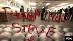 Tulisan di kaca sebuah gerai Apple di Santa Monica, California ditulis dengan lipstik oleh penggemar sebagai ekspresi kecintaan terhadap almarhum Steve Jobs sesaat setelah kabar kematiannya (5/10).