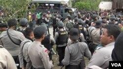 Petugas dari Brimob dan Polres Poso yang diturunkan untuk melakukan upaya penutupan lokasi penambangan ilegal di Dongi Dongi (VOA/Yoanes).