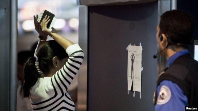 Một khách lữ hành đang bị kiểm tra bằng máy soi Advanced Imaging Technology (AIT) tại phi trường John F. Kennedy ở New York (ảnh tư liệu, ngày 29/2/2012.