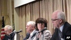 스티븐 보즈워스 대북특사(오른쪽)가 6일 미국 이스트웨스트센터 주관으로 열린 아시아 관련 토론회에서 미국의 대 북 정책에 대해 설명하고 있다.