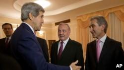 지난해 12월 4일 몰도바의 니콜라에 티모프티 대통령 (가운데)와 유리 랸카 총리 (오른쪽)가 존 케리 미 국무장관을 만나고 있다. (자료사진)