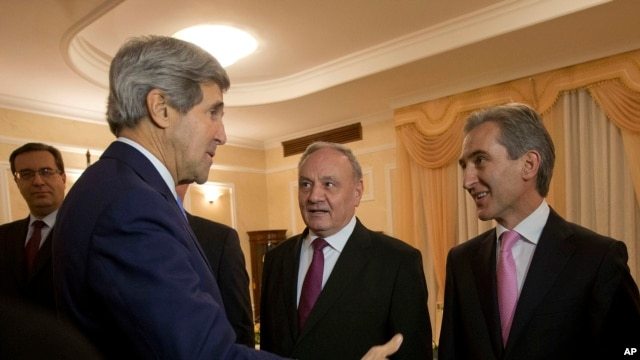 Secretary of State John Kerry (L) meets with Moldova's President Nicolae Timofti (C) and Prime Minister Lurie Leanca (R) at the Official Residence in Chisinau, Moldova, Dec. 4, 2013.