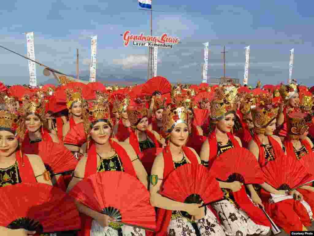 گروهی از رقصندگان در اندونزی. آنها رقص «گاندرونگ» را اجرا می کنند که یک رقص سنتی در این کشور است.