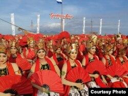 Para penari memeriahkan Festival Gandrung Sewu di Banyuwangi, Jawa Timur, Sabtu, 20 Oktober 2018. (FotoCourtesy : Radio Blambangan FM Banyuwangi.)