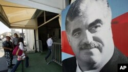 图为民众今年6月30日进入贝鲁特市中心的哈里里墓凭吊这名被谋杀的前总理