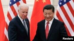 지난 4일 중국을 방문한 조 바이든 미국 부통령(왼쪽)이 시진핑 중국 국가주석과의 회담에 앞서 기념촬영을 하고 있다.