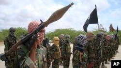 ພວກນັກລົບກຸ່ມອາລ-ຊາບັບ ພວມສະແດງອາວຸດ ທີ່ໂມກາດິສຊູ ເມື່ອວັນທີ 21 ຕຸລາ ປີ 2010. (AP Photo/Farah Abdi Warsameh)