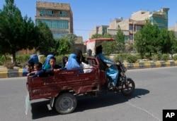 افغان شہری جنگ سے بچنے کے لیے اپنے خاندانوں کے ساتھ محفوظ مقامات کی جانب جا رہے ہیں۔ فائل فوٹو