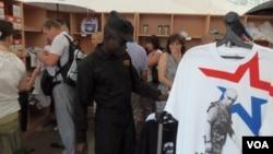 2014年一名安哥拉坦克兵在莫斯科郊外商店中挑選紀念品