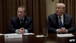 민주당 소속 조시 고타이머 하원의원이 지난달 13일 도널드 트럼프 대통령이 백악관에서 주최한 회의에 동료 의원들과 함께 참석했다.