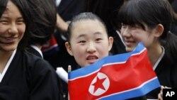 일본 도쿄의 조선학교 소속 학생들이 북한 인공기를 들고 학교 행사에 참석했다. (자료사진)