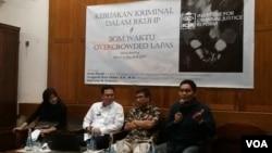 Diskusi kriminal dalam RKUHP dan bom waktu overcrowded Lapas di Jakarta, Rabu (15/11). Dari kanan: Aman Riyadi Direktur Teknologi Informasi dan Kerja Sama Dirjen Pemasyarakatan, Supriyadi W. Eddyono Direktur Eksekutif ICJR, dan Anugerah Rizki Akbari, dosen Hukum Pidana di STHI Jentera (Foto: VOA/Fathiyah).