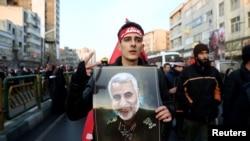 Người biểu tình mang chân dung Qassem Soleimani trong đám tang của ông.