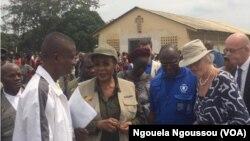 La ministre Dinga Dzondo et l'ambassadrice de l'UE, Saskia De Lang à Mbandza Ndounga, Congo, 18 juin 2018. (VOA/Arsène Séverin)