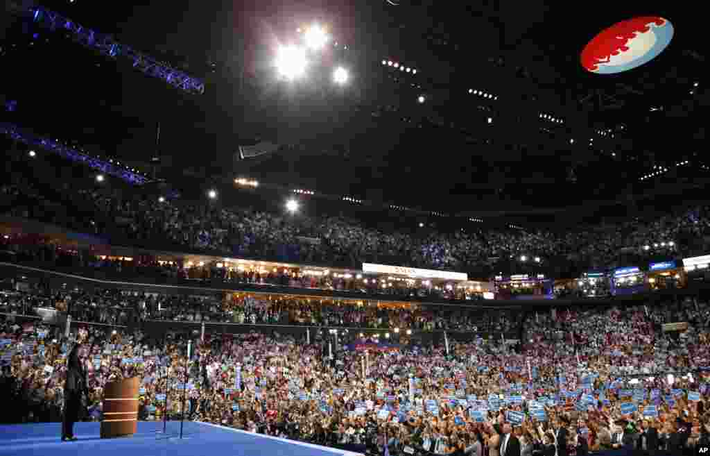 Le président Obama saluant les délégués après son discours d'acceptation