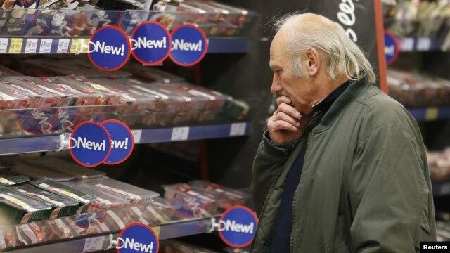 Seorang pelanggan melihat-lihat daging yang dijual di Tesco, Stortford di Inggris bagian selatan. (Foto: Dok)