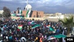 Unjuk rasa menentang Presiden Bashar al-Assad terus berlanjut di Amude (27/12). Banyak pihak mempertanyakan kredibilitas pemantau Liga Arab yang akan mengunjungi tiga kota pusat unjuk rasa di Suriah.