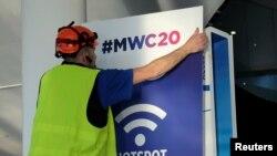 西班牙工人在巴塞罗那为世界移动大会的开幕做准备。(2020年2月5日)