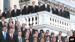 의사당 앞에 도열한 초선의원들