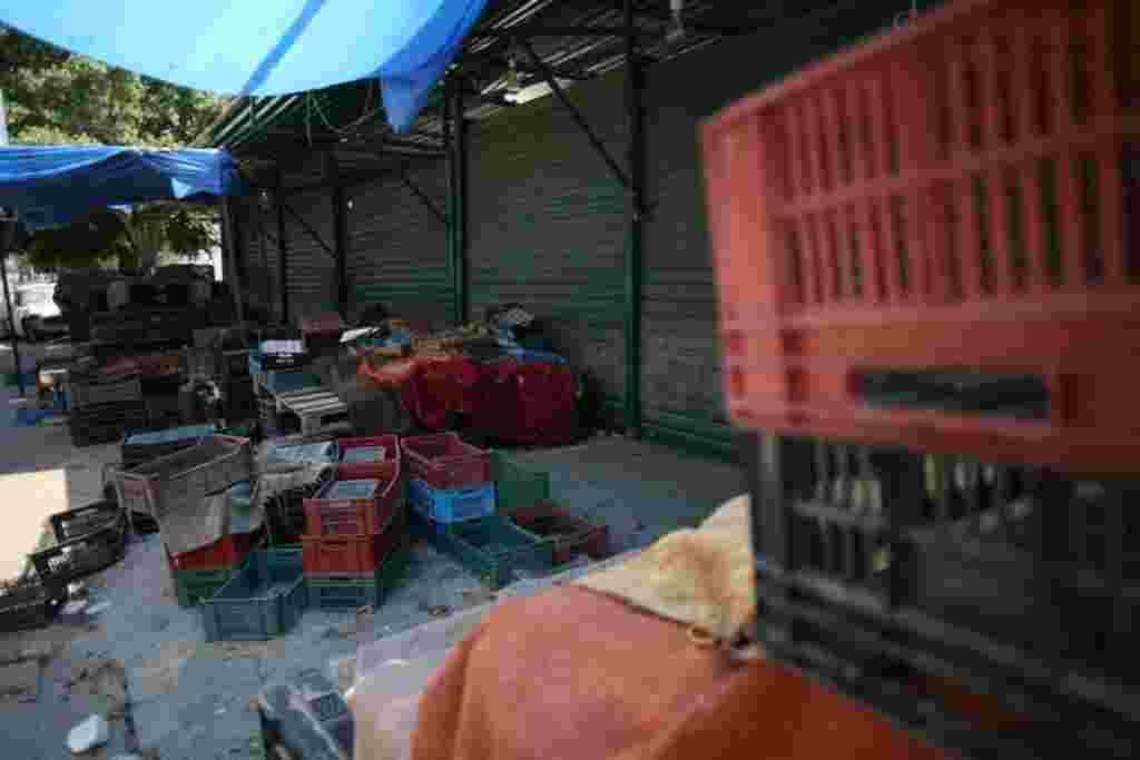 بازار فروش کالا در مرکز طرابلس. شهر از کمبود آب و آذوقه در رنج است