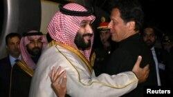 وزیر اعظم عمران خان پاکستان آمد پر سعودی ولی عہد محمد بن سلمان کا خیرمقدم کرتے ہوئے (فائل)