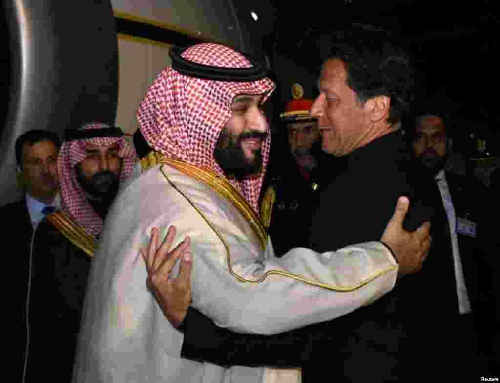 وزیر اعظم عمران خان نے راولپنڈی کے نور خان ائیر بیس پر سعودی ولی عہد کا پرتپاک استقبال کیا۔