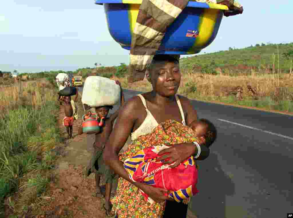 Civilians of Sierra Leone flee eastern rural country to the capital Freetown to escape rebel Revolutionary United Front (RUF) who have captured 500 UN peacekeeping troops, May 9, 2000. (AFP)