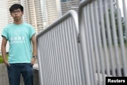 """ຜູ້ນຳນັກສຶກສາ ຮົງກົງ ທ້າວ ຈອດຊູອາ ວ້ອງ (Joshua Wong) ຢືນຖ່າຍຮູບ, ນຶ່ງມື້ ກ່ອນຄຳພິພາກສາ ຂອງສານອຸທອນ ກ່ຽວກັບຂໍ້ກ່າວຫາ ທີ່ພົວພັນກັບ ຂະບວນການຄັນຮົ່ມ ຫຼື """"Umbrella Movement,"""" ເພື່ອປະຊາທິປະໄຕ ຊຶ່ງຍັງຮູ້ຈັກກັນດີ ຄື ການປະທ້ວງ """"ເຂົ້າຄອບຄອງ ໃຈກາງເມືອງ ຫຼື Occupy Central"""" , ໃນຮົງກົງ, ວັນທີ 15 ສິງຫາ 2017."""