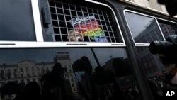 """Надпись на постере в руке у гей-активиста: """"Любовь сильнее гомофобии"""""""