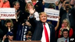 트럼프 후보가 2일 미시시피주에서 선거 유세중 손을 흔들고 있다.