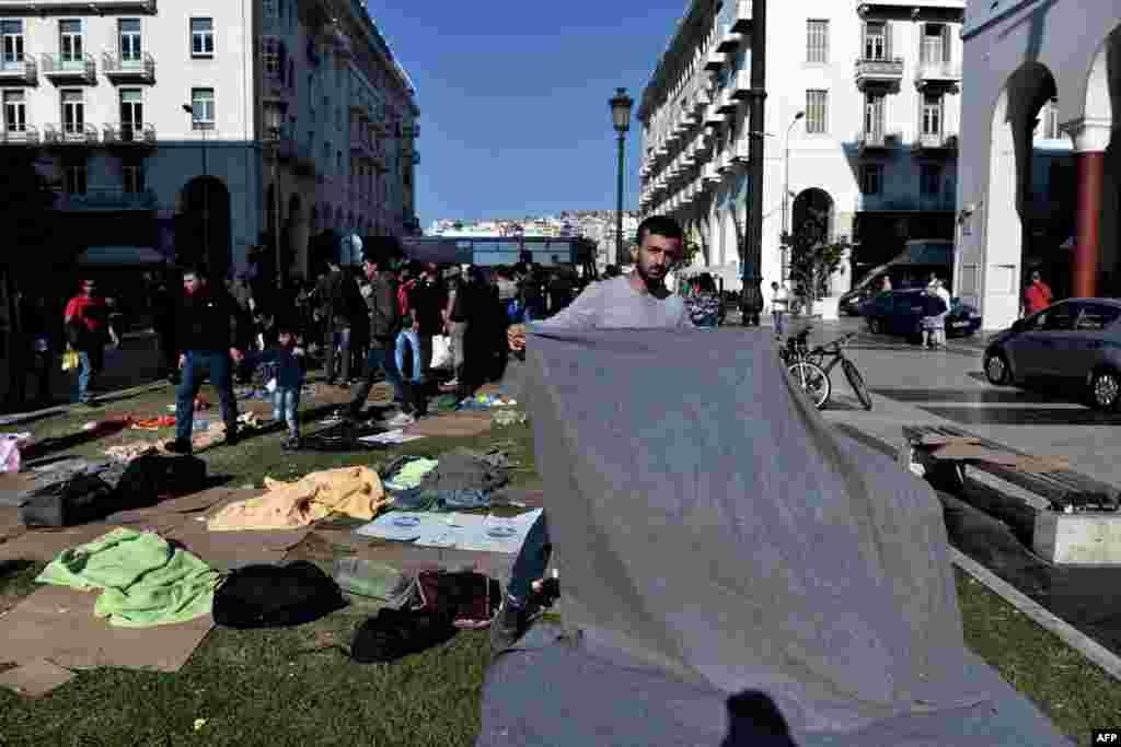 تجمع مهاجران ایرانی و عراقی مقابل ایستگاه پلیس در میدان اصلی تسالونیکی در یونان. هدف مهاجران از این کار دستگیری توسط نیروهای پلیس است تا از آن طریق بتوانند تقاضای پناهندگی کنند.