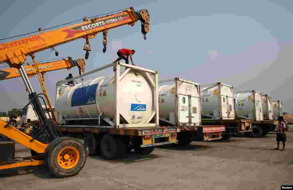 آکسیجن کے ٹینکر ٹرکوں کے ساتھ ہی منتقل کیے جا رہے ہیں تاکہ ترسیل میں آسانی ہو۔