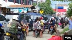 Warga Banda Aceh memacu kendaraan mereka menuju ke tempat yang lebih aman di kaki pegunungan Seulawah, Rabu 11 April 2012 (foto: Budi Nahaba).