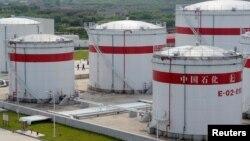 Các bồn chứa dầu của nhà máy Trung Quốc Sinopec ở thành phố Hợp Phì, tỉnh An Huy. Bắc Kinh cam kết sẽ giảm cung ứng các sản phẩm dầu cho Triều Tiên.