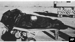 Foto divulgada por la Fuerza Aérea, parte del Reporte de Roswell, que muestra una de las bolsas que se usaban para proteger los equipos, pero que muchos se ha especulado servían para manejar cadáveres de extraterrestres.