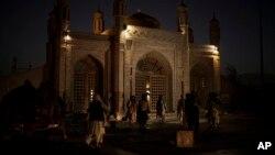 Milisi Taliban mengamankan Masjid Eidgah pasca ledakan di Kabul, Afghanistan, Minggu (3/10).