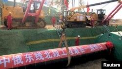中國工人在黑龍江省黑河的中俄天然氣管道工程工地上施工。(2019年10月16日)