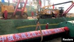 中国工人在黑龙江省黑河的中俄天然气管道工程工地上施工。(2019年10月16日)