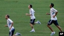 Penyerang kesebelasan Argentina, Lionel Messi (tengah) tengah berlatih bersama rekan setimnya di stadion Olimpiade Roma, Senin (12/8). Tim sepakbola Italia dan Argentina akan berlaga dalam pertandingan persahabatan yang akan didedikasikan untuk Paus Fransiskus, Rabu, 14 Agustus mendatang.