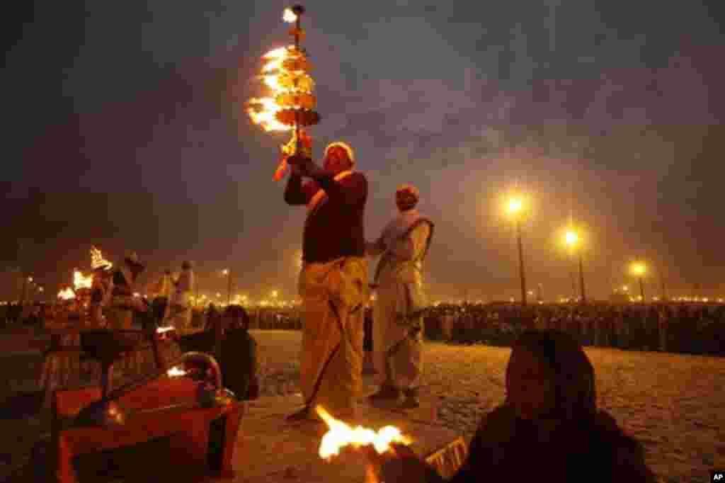 17일 쿰 멜라 축제 중 저녁 예식을 집행하는 힌두교 성직자와 힌두교인들.