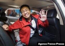 資料照片:菲律賓記者雷薩在馬尼拉一家法庭交保獲釋後對攝影記者揮手。 (2019年3月29日)
