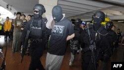 Polisi khusus anti teror Densus 88 saat menangkap tersangka teroris yang baru tiba di bandara Jakarta (foto: dok). Polisi menahan dua pria terkait rencana serangan bunuh diri perayaan Tahun Baru 2016 di Jakarta.