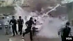Esta es una imagen obtenida de un video de Youtube en donde manifestantes sirios escapan de la policía local. Los protestantes exigen al gobierno poner fin a la ley de emergencia y permitir la libertad de expresión, entre otras demandas.