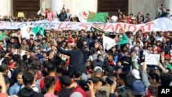Para demonstran yang menentang pencalonan kembali Presiden Abdelaziz Bouteflika dalam pilpres Aljazair melakukan aksi protes di ibu kota Aljir.