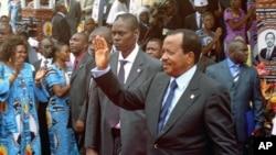 Shugaban Kamaru Paul Biya a lokacin da yake daga wa magoya baya hannu a garin Yaounde. Satumba 15, 2011.
