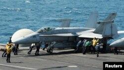 지난달 미 항공모함 조지 H.W. 부시 호에서 F/A-18C 전투기가 이라크 내 이슬람 수니파 무장단체 ISIL 목표물을 공습하기 위한 출격 준비를 하고 있다.