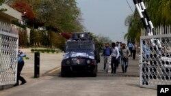 راؤ انوار کو نقیب اللہ قتل کیس کی گزشتہ سماعت پر بکتر بند گاڑی میں عدالت لایا جارہا ہے (فائل فوٹو)