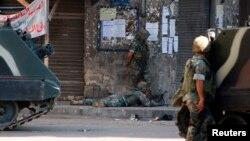 نیروهای ارتش لبنان در درگیری با پیکارجویان داعش سنگر گرفته اند
