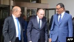 Le ministre français des Affaires étrangères Jean-Yves Le Drian (à gauche), le ministre français de l'Intérieur Gérard Collomb et le ministre nigérien de l'Intérieur Mohamed Bazoum après leur rencontre à Niamey, Niger, le 16 mars 2018.